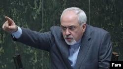 Menlu Mohamad Javad Zarif memberikan keterangan kepada para anggota parlemen Iran terkait persetujuan nuklir bersejarah yang telah dicapai melalui perundingan Jenewa (Foto: dok).