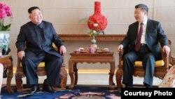 김정은 북한 국무위원장과 시진핑 중국 국가주석이 9일 베이징 호텔 북경반점에서 부부동반 오찬에 앞서 환담하고 있는 모습을 북한관영 '조선중앙통신'이 공개했다.