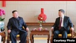 지난해 1월 김정은 북한 국무위원장과 시진핑 중국 국가주석이 베이징 호텔 북경반점에서 부부동반 오찬에 앞서 환담하고 있는 모습을 북한관영 '조선중앙통신'이 공개했다.