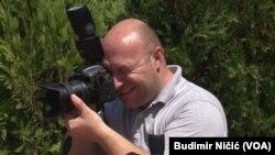 Dejan Jović, kamerman i fotograf, zbog finansijske krize kao posledice pandemije prodao je deo svoje opreme za rad.