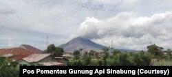 Gunung Sinabung di Kabupaten Karo, Sumatera Utara, yang erupsi pada pukul 05.25 WIB, Rabu, 20 Januari 2021. (Foto: Pos Pemantau Gunung Api Sinabung)