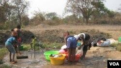 Há falta de água em vários bairros periféricos de Luanda - 1:30