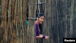 Pagar bambu rumah panggung di Thailand.