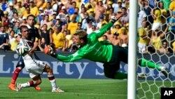 Thủ môn Đức Manuel Neuer phá quả bóng cứu nguy cho đội, trong trận tứ kết Pháp-Đức trên sân vận động Maracana ở Rio de Janeiro, Brazil, 4/7/14