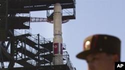 一名朝鲜卫兵4月8日站在一个面向黄海的火箭发射器附近