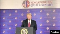 도널드 트럼프 대통령이 11일 싱가포르 샹그릴라 호텔에서 열린 미국대사관 행사에서 연설하고 있다.