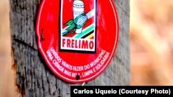 Cartaz da FRELIMO no tronco de uma árvore. Niassa, Moçambique