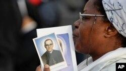 Uma mulher coma foto do arcebispo Romero