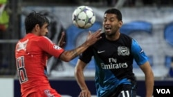 Pemain Marseille, Lucho Gonzalez (kiri) berebut bola dengan bek kiri Arsenal Andre Santos dalam pertandingan di Liga Champion di kandang Marseille, bulan Oktober lalu (19/10).