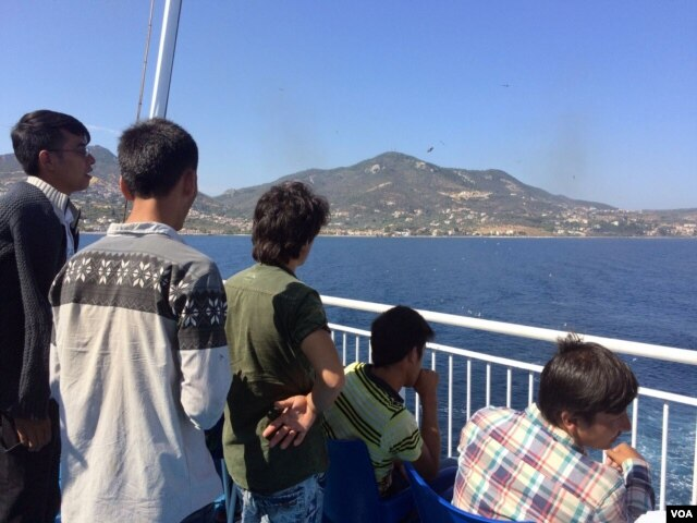 This ship carries thousands of refugees and other migrants from Greek islands to Athens, Sept. 2015. (H. Murdock/VOA)