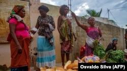 Mulheres zungueiras na praça do Avô Kumbi em Luanda, Angola (Foto de Arquivo)
