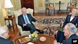 Bi.Clinton, mjumbe Mitchell, rais Abbass na waziri mkuu Benyamin Netanyahu wakifanya mazungumzo ya amani, mjini Washington.