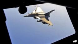 一架法国拉斐尔战机周五驶近一架波音C-135加油机