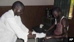 Un élève victime d'une attaque contre un pensionnat à Mamudo, ayant fait au moins 30 morts. Hôpital de Potiskum au Nigeria, le 6 juillet 2013.