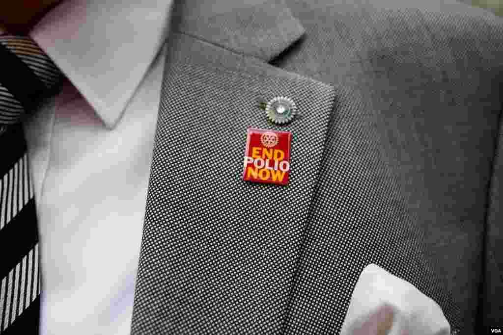 """An employee of the Egyptian Health Ministry at a recent polio vaccination campaign event wears an """"End Polio Now"""" pin, Cairo, Nov. 17, 2013. (Yuli Weeks for VOA)"""