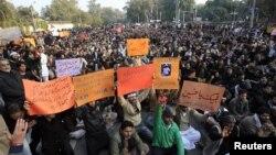 ຊາວ Shiite ມຸສລິມ ເຕົ້າໂຮມກັນ ປະທ້ວງ ຕ້ານການວາງລະເບີດ ສອງຄັ້ງ ໃນວັນພະຫັດແລ້ວນີ້ ທີ່ເມືອງ Quetta