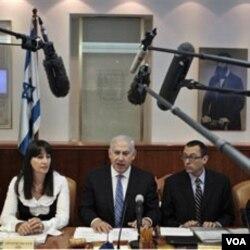 PM Israel Benjamin Netanyahu (tengah) dalam sidang kabinet mingguan mengecam perjanjian rekonsiliasi otorita Palestina dengan militan Hamas.