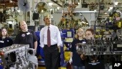 Presiden AS Barack Obama saat meninjau pabrik mesin otomotif Daimler Detroit Diesel di Redford, Michigan. (AP/Charles Dharapak)