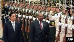 Chủ tịch Trung Quốc Hồ Cẩm Đào đón tiếp trọng thể Tổng thống Sudan, người hiện đối mặt với trát bắt quốc tế vì gây ra các tội ác chống nhân loại