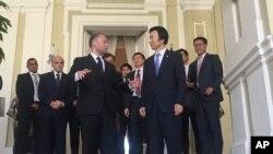 윤병세 한국 외교부 장관(오른쪽)이 지난 29일 몰타를 방문해 조셉 무스카트 몰타 총리를 예방하고 있다.