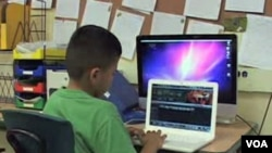 Di California, meskipun sekolah masih bisa menyediakan komputer bagi para siswa, perhatian guru terhadap setiap murid berkurang akibat penambahan murid dalam satu kelas dari 20 menjadi 30 orang setelah ribuan guru terkena PHK.
