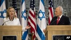 Presiden Israel Shimon Peres (kanan) dan Menlu AS Hillary Rodham Clinton (kiri) memberikan pernyataan kepada pers seusai pertemuan di kediaman Presiden Israel di Yerusalem (16/7).