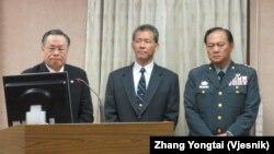台湾国防部长严明(左一)12月18号在立法院接受质询(美国之音张永泰拍摄)