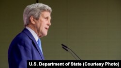 Waziri wa Mambo ya Nje wa Marekani, John Kerry akiongea na waandishi wa habari kwenye kituo cha kimataifa cha habari baada ya mkutano wa G7 Hiroshima, Japan.