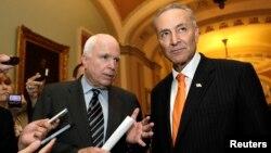 27일 척 슈머 미 상원의원(오른쪽)과 존 맥케인 상원의원이 포괄적 이민개혁법안에 대한 토론종결 투표 후 기자단의 질문에 답하고 있다.