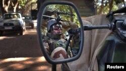 Một binh sĩ Pháp chạy trên chiếc xe jeep quân sự trong thành phố Niono, Mali, 20/1/13