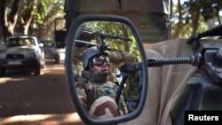 在马里城镇纽诺驾驶军用吉普车的法国士兵