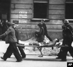图为1944年的华沙抗击德国纳粹统治期间,波兰国家军正在运送伤员