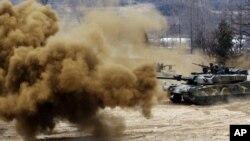 Bom khói phát nổ gần một xe tăng của Hàn Quốc trong một cuộc diễn tập chống lại khả năng Bắc Triều Tiên tấn công gần khu vực phi quân sự Hwacheon ở Nam Triều Tiên.