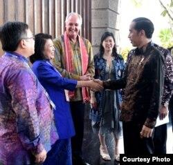 "Presiden Joko Widodo berjabat tangan dengan tamu undangan yang hadir di ""Bali Fintech"" di sela-sela Pertemuan Tahunan IMF-Bank Dunia, 11 Oktober 2018. (Foto courtesy: Setpres RI)."