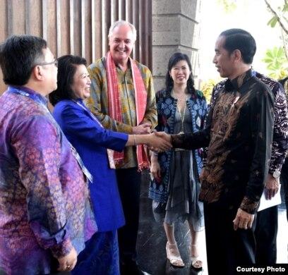 Presiden Joko Widodo berjabat tangan dengan tamu undangan yang hadir di
