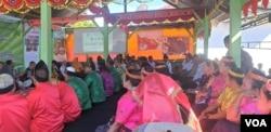 Kementerian Lingkungan Hidup dan Kehutanan dengan tokoh masyarakat Dusun Dongi-Dongi, 28 Agustus 2019. (Foto : Yoanes Litha/VOA)