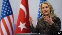 Hillary Clinton dijo que el régimen sirio ha duplicado su brutalidad.