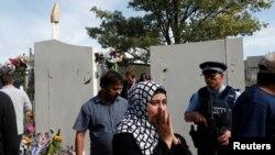 New Zealand ႏိုင္ငံ Christchurch ၿမိဳ႕ရွိ Al Noor ဗလီ ျပန္ဖြင့္စဥ္ မွာ ေတြ႔ရတဲ့ အမ်ိဳးသမီးတဦး (မတ္၊ ၂၃၊ ၂၀၁၉)