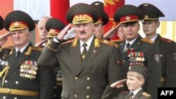 Александр Лукашенко (в центре) принимает парад белорусских войск. Минск. 3 июля 2011 года
