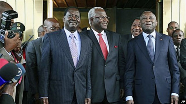 Kenya's Prime Minister Raila Odinga (l) Sierra Leone's President Ernest Bai Koroma, center, and Ivory Coast President Laurent Gbagbo (r) pose for photographers at the presidential palace in Abidjan, Jan 3, 2011
