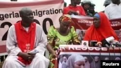 Esther Yakubu (tengah), ibu salah seorang anak perempuan yang diculik ikut menghadiri protes di Abuja, Nigeria, Senin (22/8).