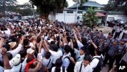 Para pendeta Budha dan warga berunjuk rasa di depan Kedutaan China di Rangoon, Myanmar, memprotes kekerasan terhadap para biksu di wilayah pertambangan Letpadaung, 1 December 2012 (Foto: dok/AP).