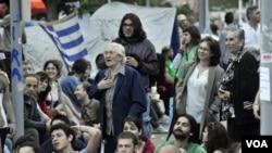 La manifestación, que había sido convocada como pacífica, se tornó violenta entre algunos grupos de jóvenes.