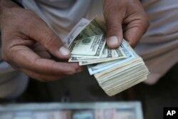 افغان تاجروں کو بیرونی ملکوں سے اشیا منگوانے کے لیے ڈالروں کی ضرورت ہوتی ہے۔ فائل فوٹو