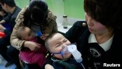 Anak-anak dengan penyakit pernapasan dirawat di sebuah rumah sakit di Beijing. (Foto: Dok)