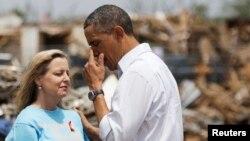 바락 오바마 미국 대통령(오른쪽)이 26일 오클라호마주의 토네이도 최대 피해지역인 무어시를 방문하고 주민들을 위로했다.
