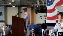 企业号舰长昂诺斯上校对全舰官兵和来宾发表讲话(资料)
