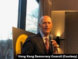 聯邦參議員斯科特(Rick Scott)星期一(3月9日)晚間對香港民主委員會成員發表講話。