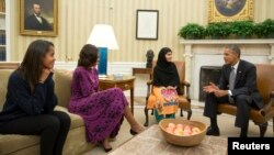Prezident Obama rafiqasi Mishel va qizi Malia pokistonlik mehmon bilan, 11-oktabr, 2013