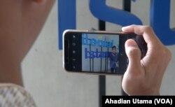 Dua peserta Pesantren Kilat Milenial Islami sedang belajar membuat vlog atau video blog bertema toleransi dan Islam damai, sebagai salah materi pesantren kilat, di Pesantren Bayt Al Quran, Pondok Cabe, Tangerang Selatan, 25 Mei 2018. (Foto: Ahadian Utama/VOA)